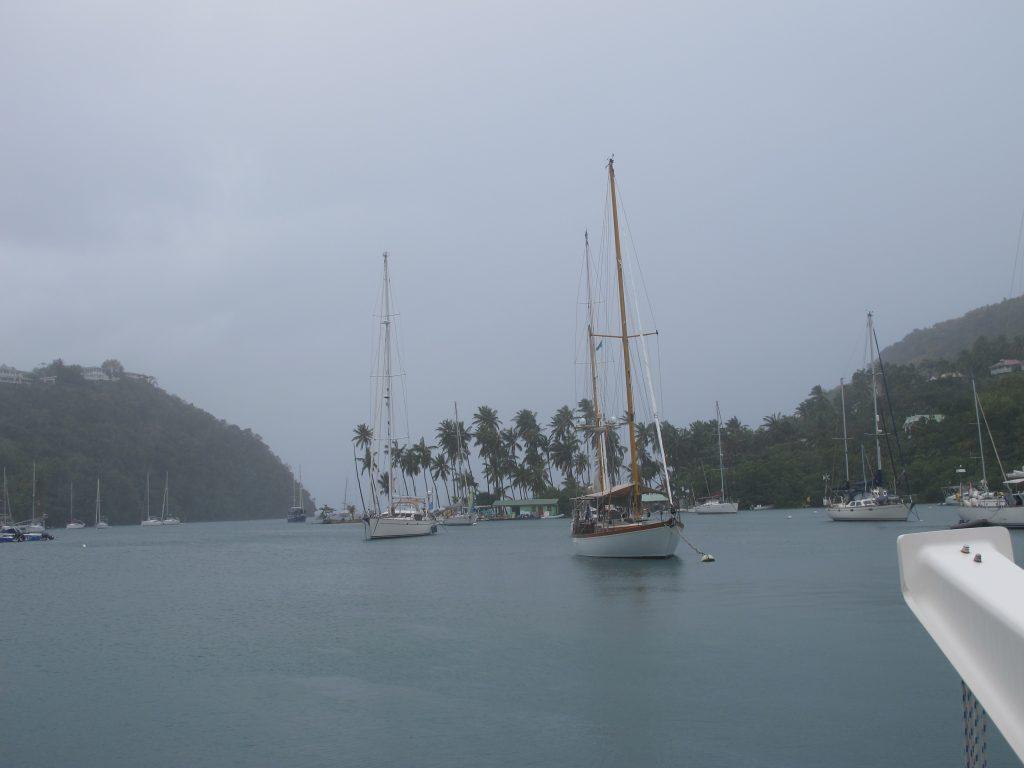 Litt mørkt og dystert i Marigot Bay denne morgenen. Men det regnet heldigvis ikke da vi fikk flytte Numa til en annen bøye. Til et litt vakrere sted.
