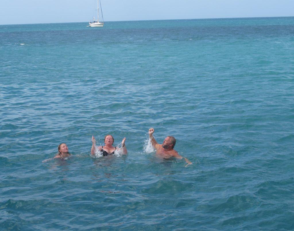 Rikke, Hanne og Steinar nyter vannet.