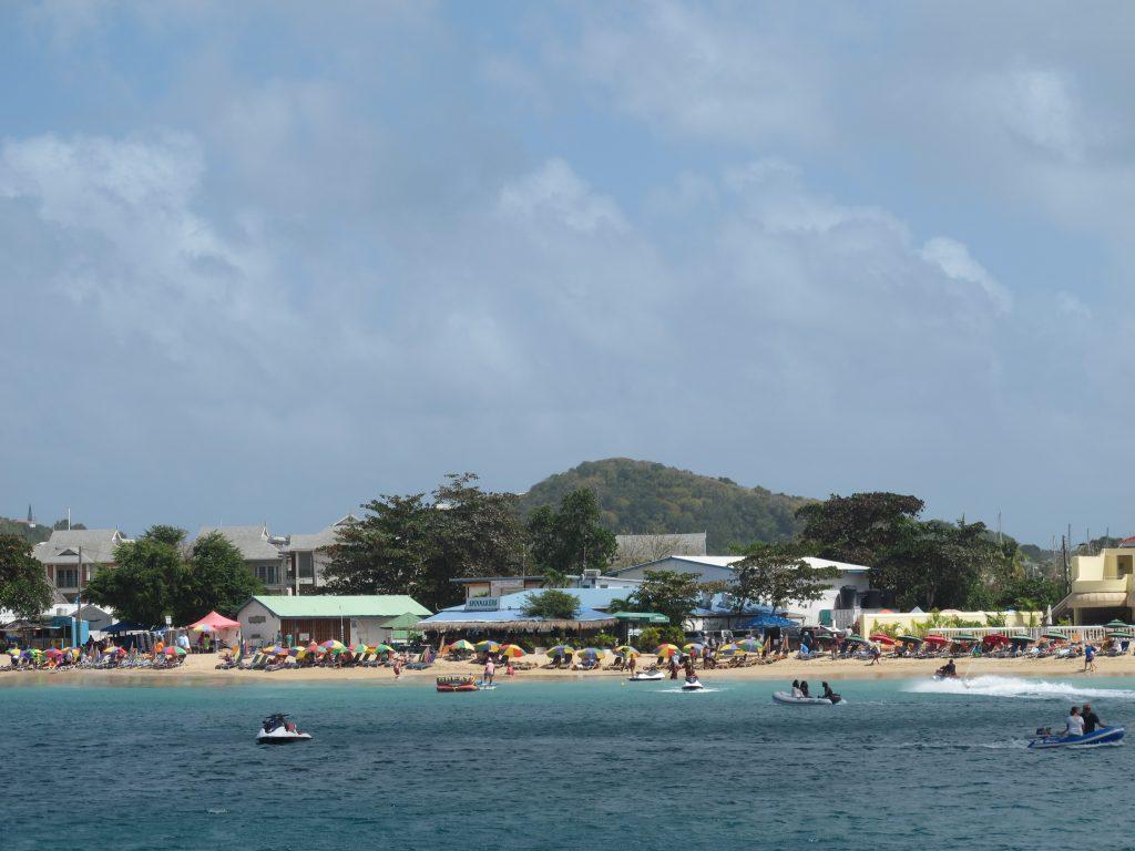 """Reduit Beach med """"Spinnaker"""" og yacht klubben."""