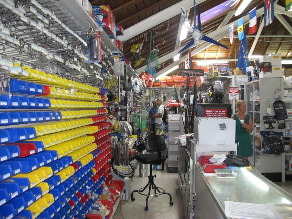 I Rodney Bay Marina er det også en velutstyrt chandler. Så nå fikk Hanne og Rikke se at jeg ikke overdriver når det gjelder Steinar og tidsbruk i slike butikker.