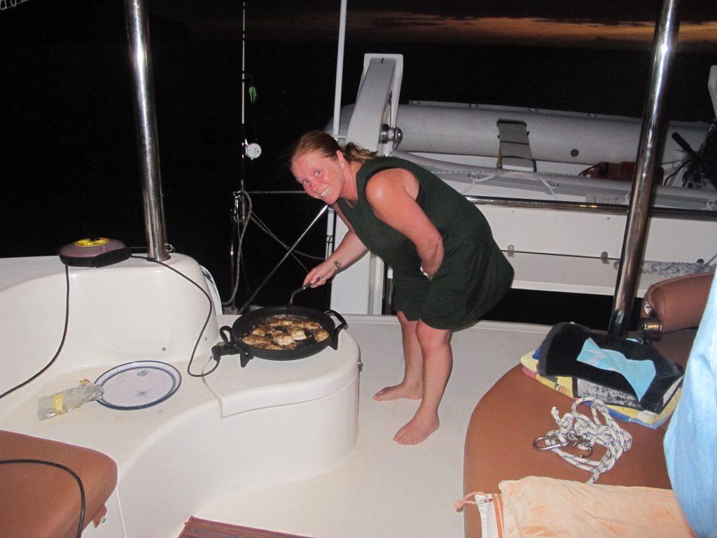 Hanne stod for stekingen, og jeg for tilbehøret. Den eneste måten jeg vet å steke fisk, er å vende den i mel, salt og pepper, for så å steke i masse smør og hvitløk. Det ble megagodt.