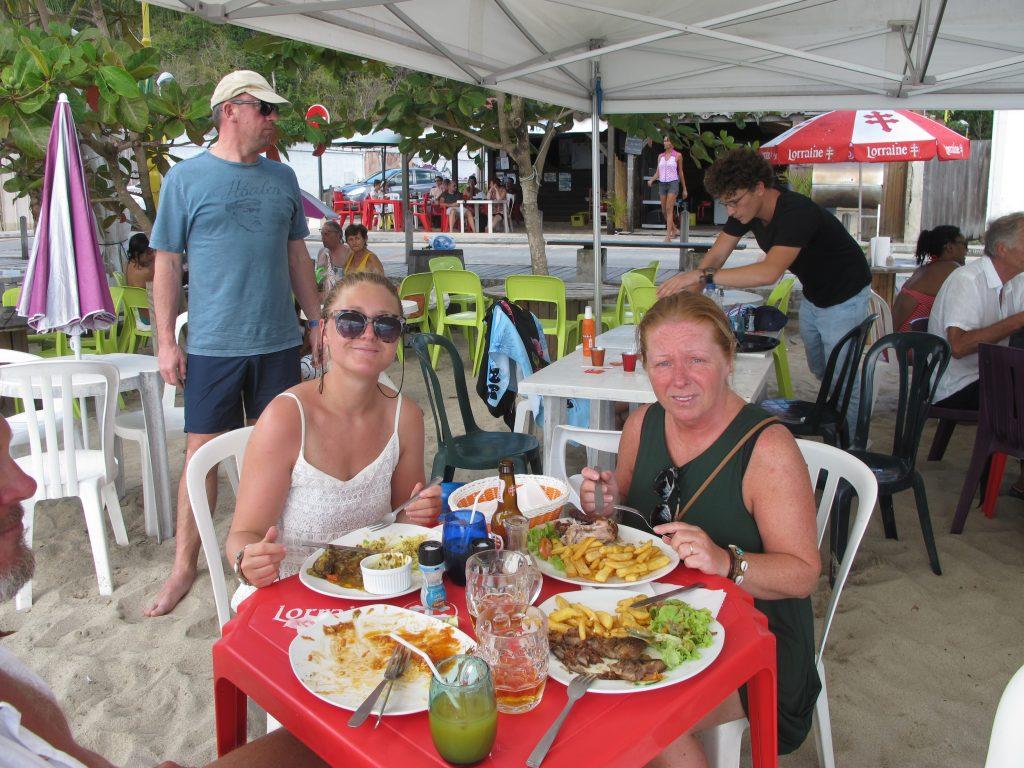 Vi fant en restaurant denne gangen også gitt. Og det er litt morsomt når stolen forsvinner ned i sanden når vi setter oss. :) Kan det være at vi er for tunge?